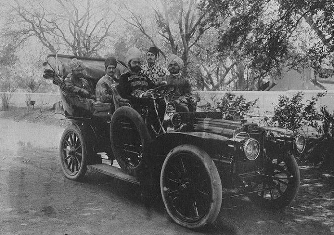 Hakim Abdul Razaak, ao volante, médico de Sua Alteza, o Nizam, 1908
