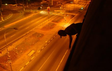 """ORG XMIT: 104101_1.tif Jovens se arriscam para pichar viaduto sobre a Radial Leste, em S""""o Paulo. Eles fazem parte da gangue """"Os Maldosos"""" e da """"grife"""" """"Os Mais Imundos"""", que atua na cidade desde 1994 pichando diversos locais p˙blicos e privados. (S""""o Paulo - SP, 22.09.2004. Foto de Jo""""o Wainer/Folhapress)"""